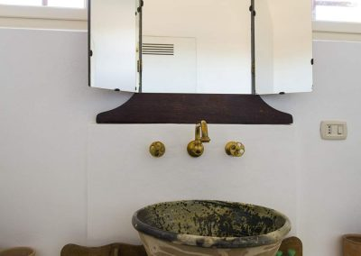 """Turtle"" apartment, washbasin with mirror"