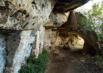 sxentiero verso la grotta farmacia-colombaia
